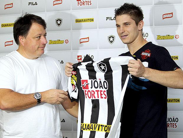 Leo é apresentado no Botafogo (Foto: Divulgação)