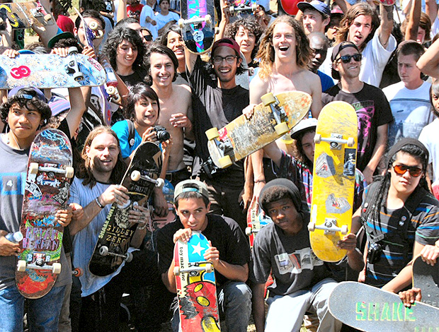 Crianças carentes recebem skate em evento social em Los Angeles (Foto: Divulgação)