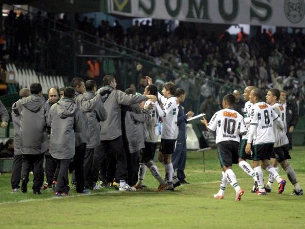 Jogadores comemoram o gol sobre o Ceará (Foto: Divulgação / Coritiba)
