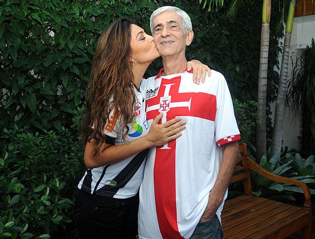 Juliana Paes, torcedora do Vasco, com o pai (Foto: André Durão / GLOBOESPORTE.COM)