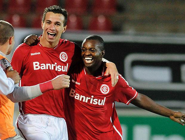 Leandro Damião e Zé Roberto comemoram gol do Internacional (Foto: Futura Press)