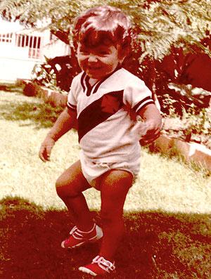 Juliana Paes com a camisa do Vasco quando criança (Foto: Divulgação / Arquivo Pessoal)