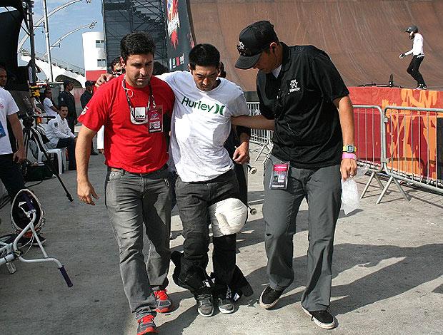 Lincoln Ueda recebe atendimento médico na Megarampa (Foto: Roberto Tatto / Globoesporte.com)