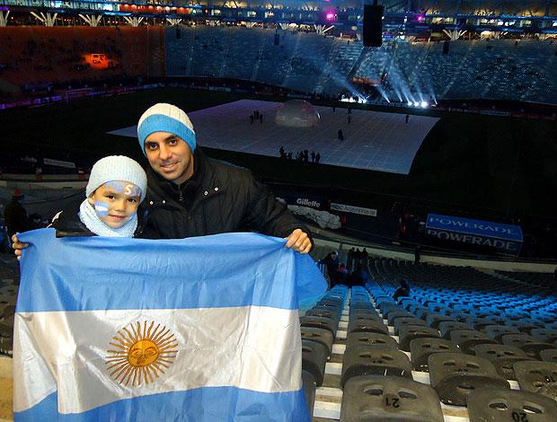 Mariano e o pequeno Mateu na expectativa por um show de Messi com Argentina (Foto: Marcos Felipe / Globoesporte.com)