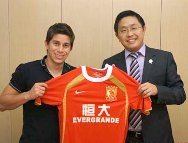 Conca com o presidente do Guangzhou Evergrande (Foto: Divulgação / Site Oficial)