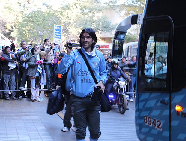 chegada uruguai loco abreu  (Foto: João Garschagen / Globoesporte.com)