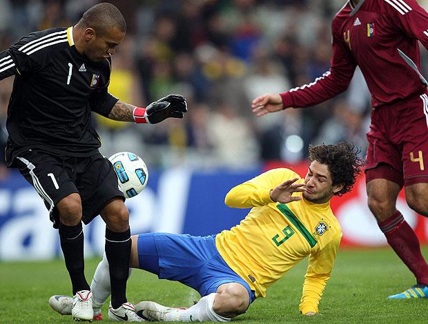 Pato no jogo do Brasil contra a Venezuela (Foto: EFE)
