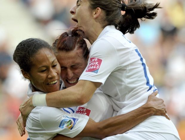 Rachel Yankey, Jill Scott e Karen Carney comemoram gol da sele&#231;&#227;o feminina da Inglaterra (Foto: EFE)