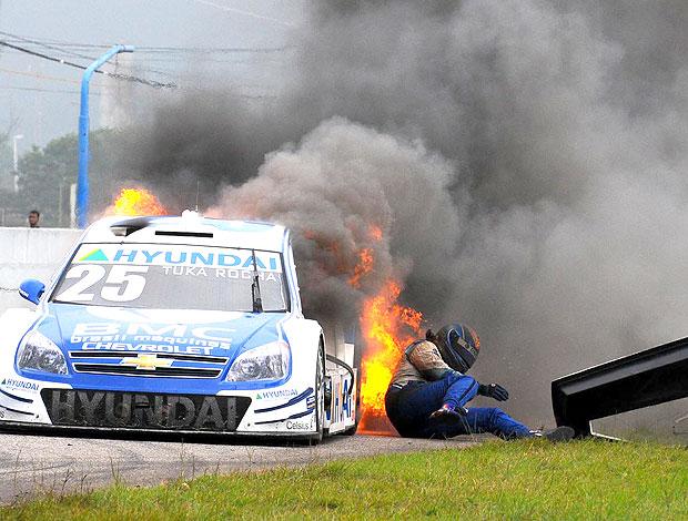 Tuka Rocha pula do carro e se libra do fogo (Foto: Fernanda Freixosa / Stock Car)