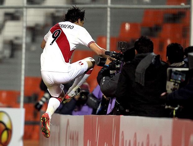 Pablo Guerreiro gol Peru (Foto: EFE)