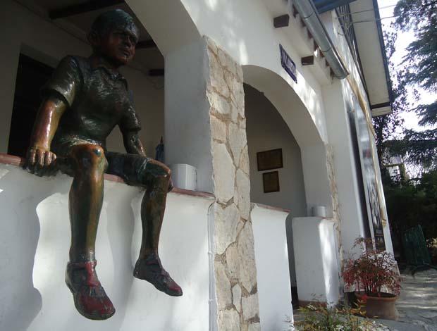 Estátua de Che Guevara quando criança. Líder revolucionário morou na periferia de Córdoba na infância e adolescência (Foto: Marcos Felipe / GLOBOESPORTE.COM)