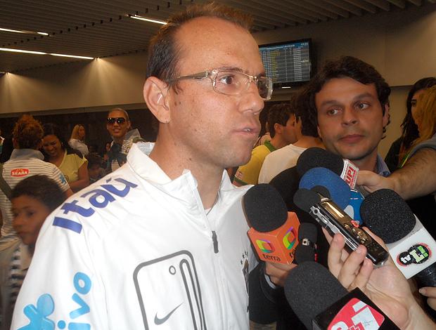 Cleiton Lima Desembarque Seleção Feminina de futebol (Foto: Marcelo Baltar / Globoesporte.com)