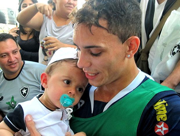 Caio com bebe no treino do Botafogo (Foto: Thiago Fernandes / GLOBOESPORTE.COM)