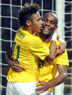 Maicon e Neymar comemora gol do Brasil (Foto: AFP)