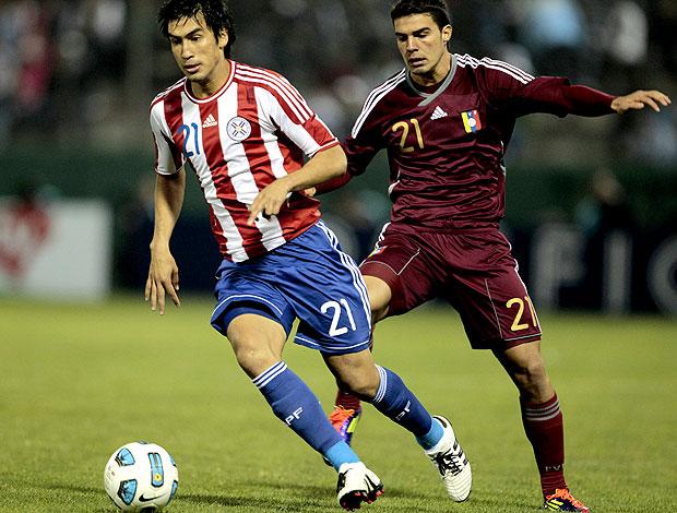 Marcelo Estigarribia do Paraguai no jogo contra a Venezuela (Foto: EFE)
