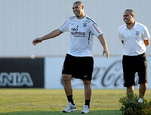 Adriano caminhando no treino do Corinthians (Foto: Mauro Horita / Ag. Estado)