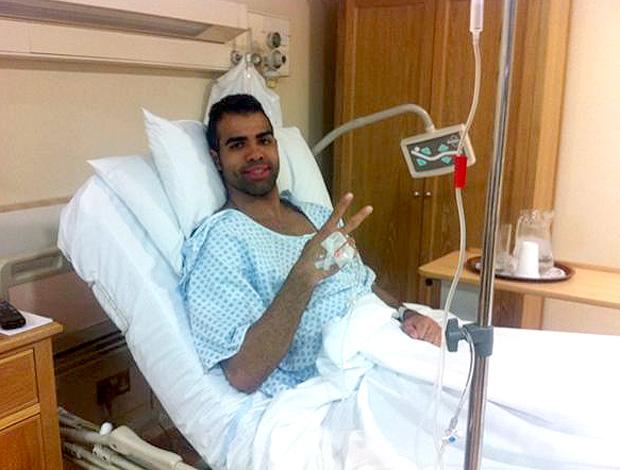 jogador Sandro na sala de cirurgia (Foto: Reprodução / Twitter)