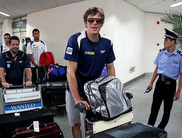 Cesar Cielo no desembarque da equipe de natação na China (Foto: Satiro Sodré / Divulgação Agif)