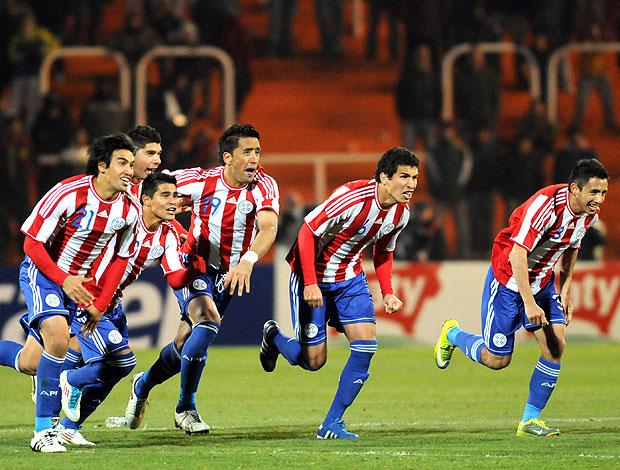 jogadores do Paraguai comemora vitória nos penaltis (Foto: EFE)