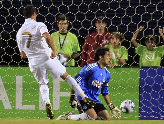 Cristiano Ronaldo faz o primeiro gol contra o Chivas (Foto: Reuters)