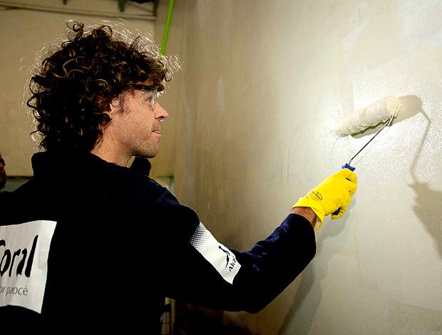 Guga e Alice Kuerten participam de mutirão e pintam escola pública