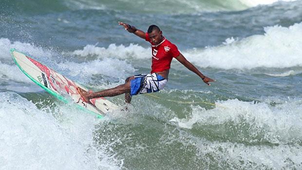 carlos bahia surf (Foto: Márcio Rodrigues/Divulgação)