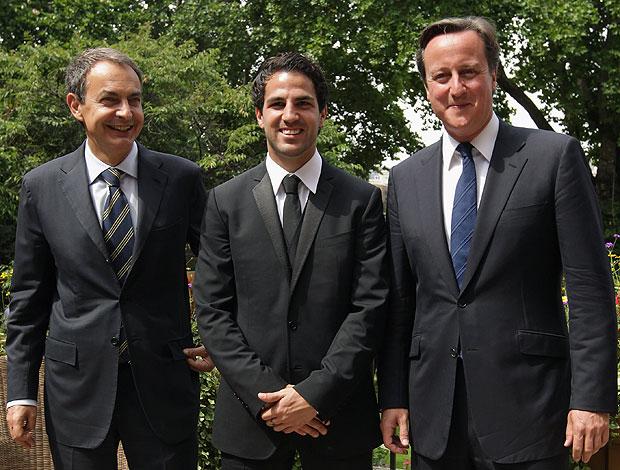Fabregas ao lado do primeiro ministro espanhol e inglês (Foto: Getty Images)