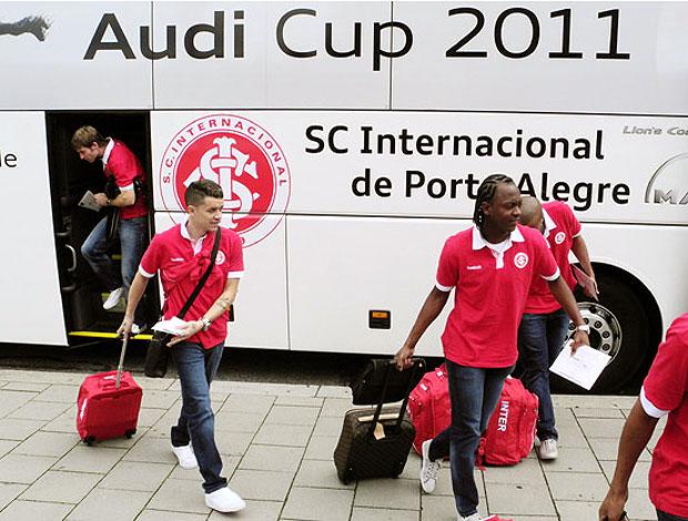 D´Alessandro e Andrezinho no desembarque do Internacional (Foto: Alexandre Lops / Site Oficial do Internacional)