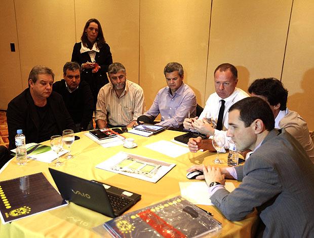 Mano Menezes em reunião com construtores do CT da Seleção (Foto: Mowa Press)