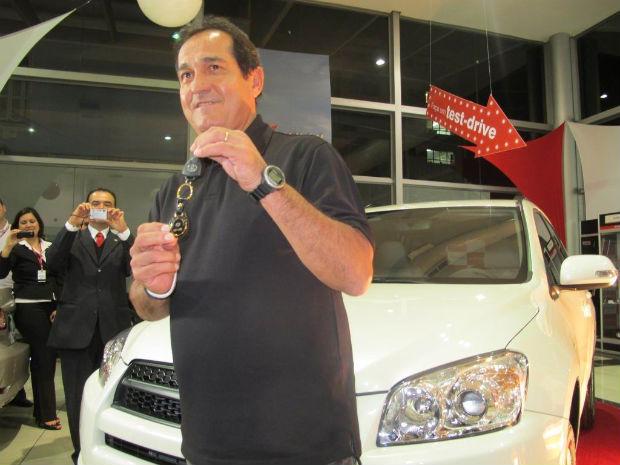 Muricy Ramalho recebe carro de patrocinador da Conmebol (Foto: Adilson Barros / globoesporte.com)