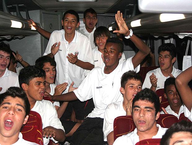 time do São Paulo sub-15 faz a festa no ônibus (Foto: Cahê Mota / GLOBOESPORTE.COM)