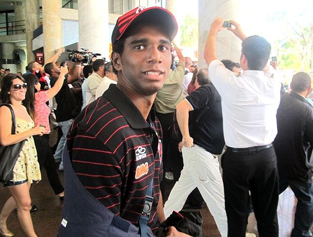 Luiz Antonio no desembarque do Flamengo, com o braço imbolizado (Foto: Janir Junior / Globoesporte.com)