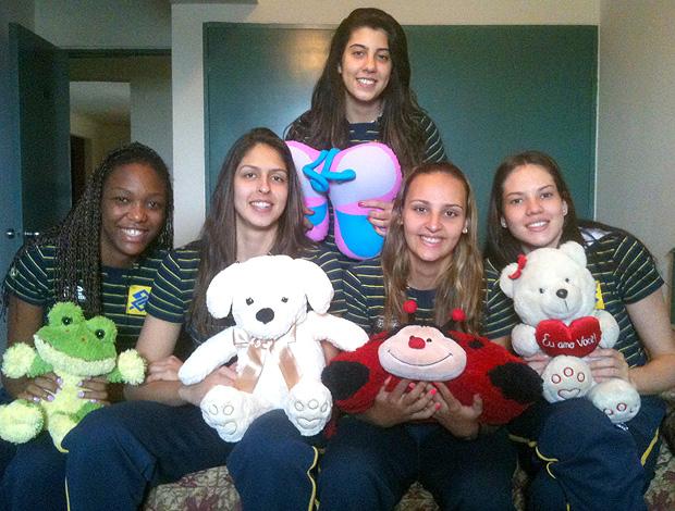 seleção juvenil feminina vôlei bichos de pelúcia (Foto: Clarissa Laurence / CBV)