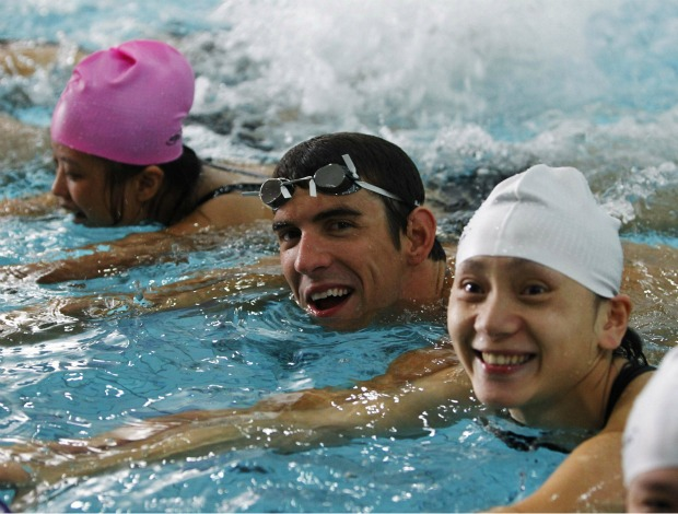 Michael Phelps com crianças especiais em Xangai (Foto: Reuters)