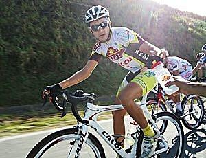 Atleta abastece no carro da equipe Padaria Real (Foto: Ana Carolina Fontes/GLOBOESPORTE.COM)