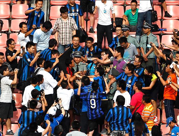 torcedor do milan no meio da torcida do Internazionale (Foto: agência AP)