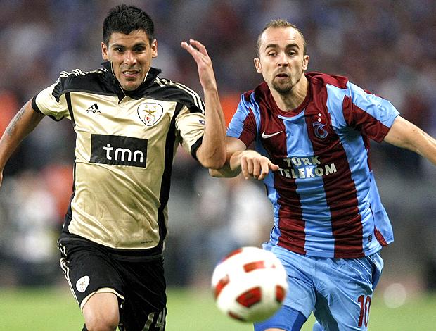 Maxi Pereira Benfica Adrian Mierzejewski Trabzonspor (Foto: EFE)