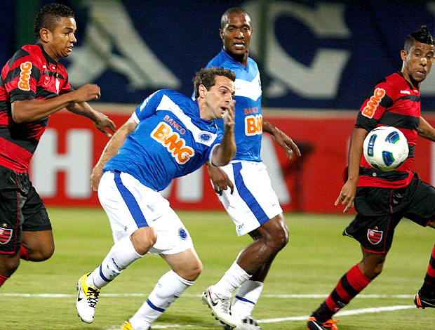 Montillo no jogo do Cruzeiro contra o Flamengo (Foto: Washington Alves / VIPCOMM)