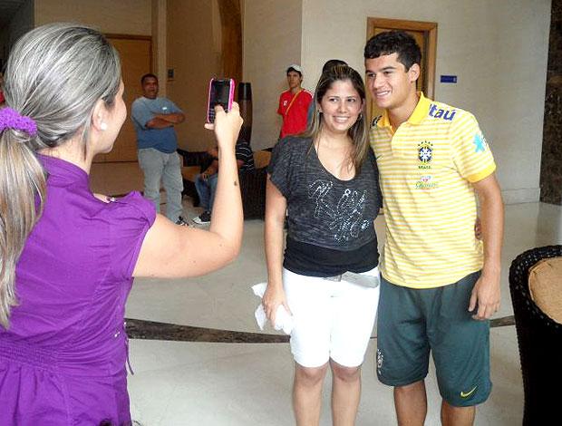 Philippe Coutinho com fãs no hotel (Foto: Victor Canedo / Globoesporte.com)
