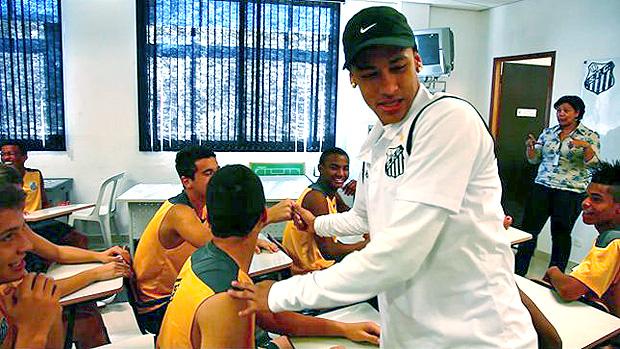 Neymar visita time sub-15 do Santos (Foto: Divulgação / Site Oficial do Santos)