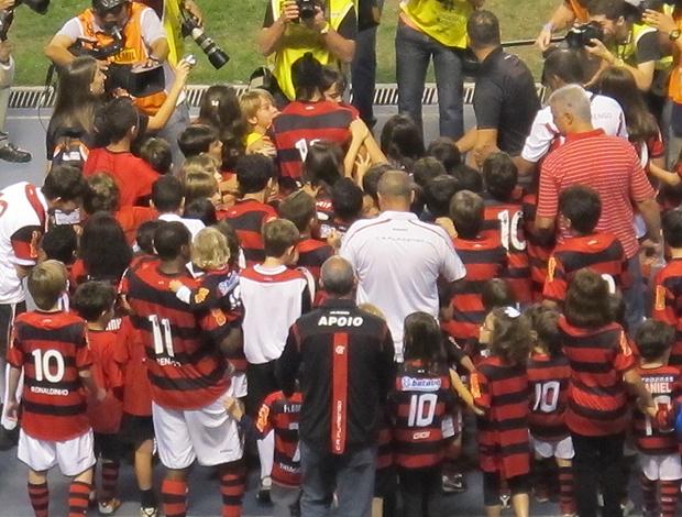 Ronaldinho crianças flamengo (Foto: Janir Junior / Globoesporte.com)