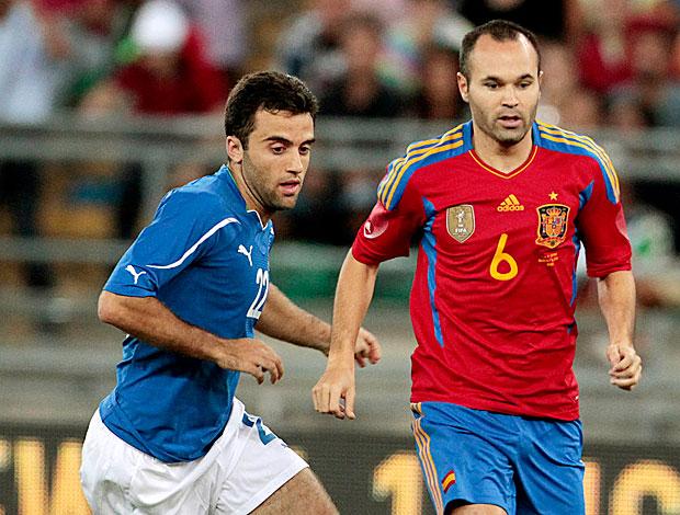 Iniesta no amistoso da Espanha contra a Itália (Foto: AP)