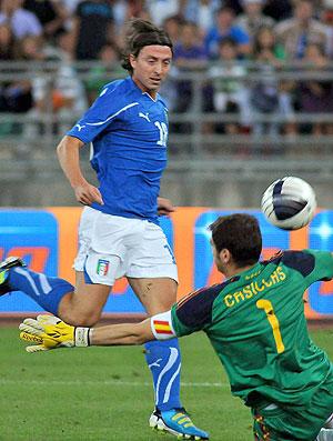 Riccardo Montolivo marca gol da Itália contra a Espanha (Foto: EFE)