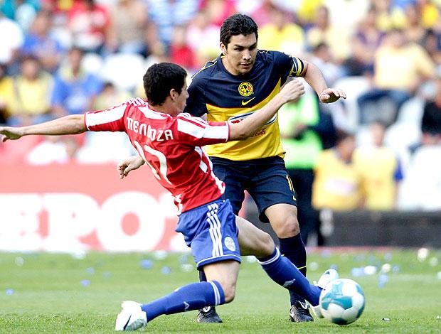 Salvador Cabañas no amistoso do América do México contra o Paraguai (Foto: Reuters)