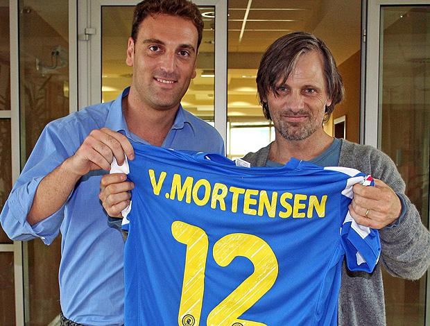 viggo mortensen camisa hercules ao lado do diretor Miguel Angel López (Foto: Agência EFE)