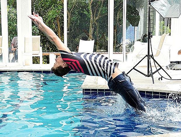 Cielo dá um tempo nas braçadas e posa para fotos de moda na piscina