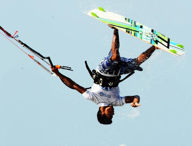 Eudazio da Silva kitesurfe (Foto: Maurício Val/Fotocom.net)