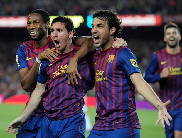 Messi e Fabregas comemoram gol do Barcelona sobre o Real Madrid (Foto: AFP)