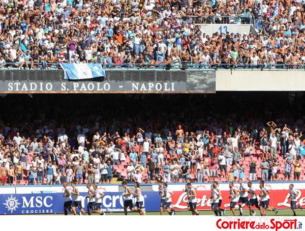 Festa da torcida em treino do Napoli (Foto: Reprodução Corriere Dello Sport)