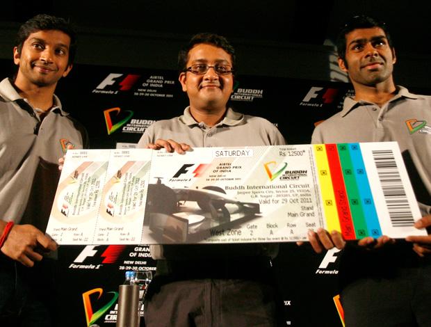 Narain Karthikeyan Karun Chandhok Sameer Gaur exibem tíquete do GP da Índia (Foto: Agência Reuters)